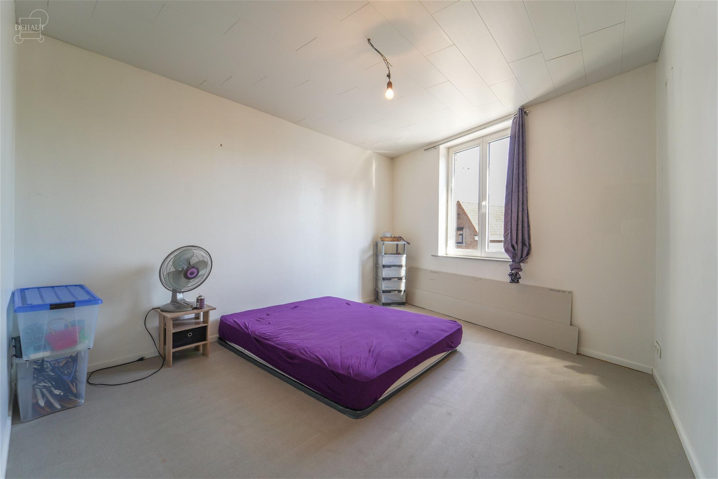 Jolie maison de ville rénovée comprenant un hall d'entrée, un salon, une salle à manger ouverte sur une cuisine équipée avec coin repas/cellier,...