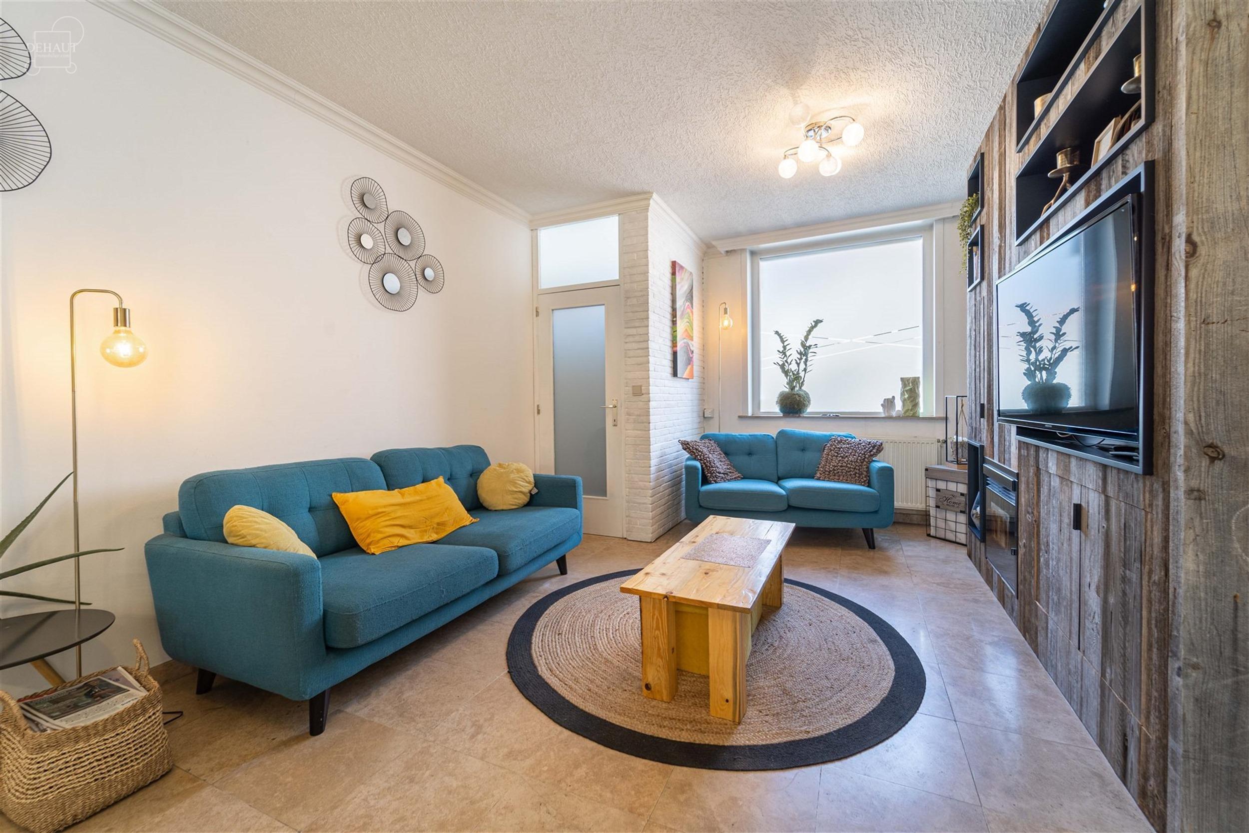 Superbe et large maison de ville avec garage située à proximité de centre-ville et de toutes commodités. Propose un beau séjour, une cuisine équ...