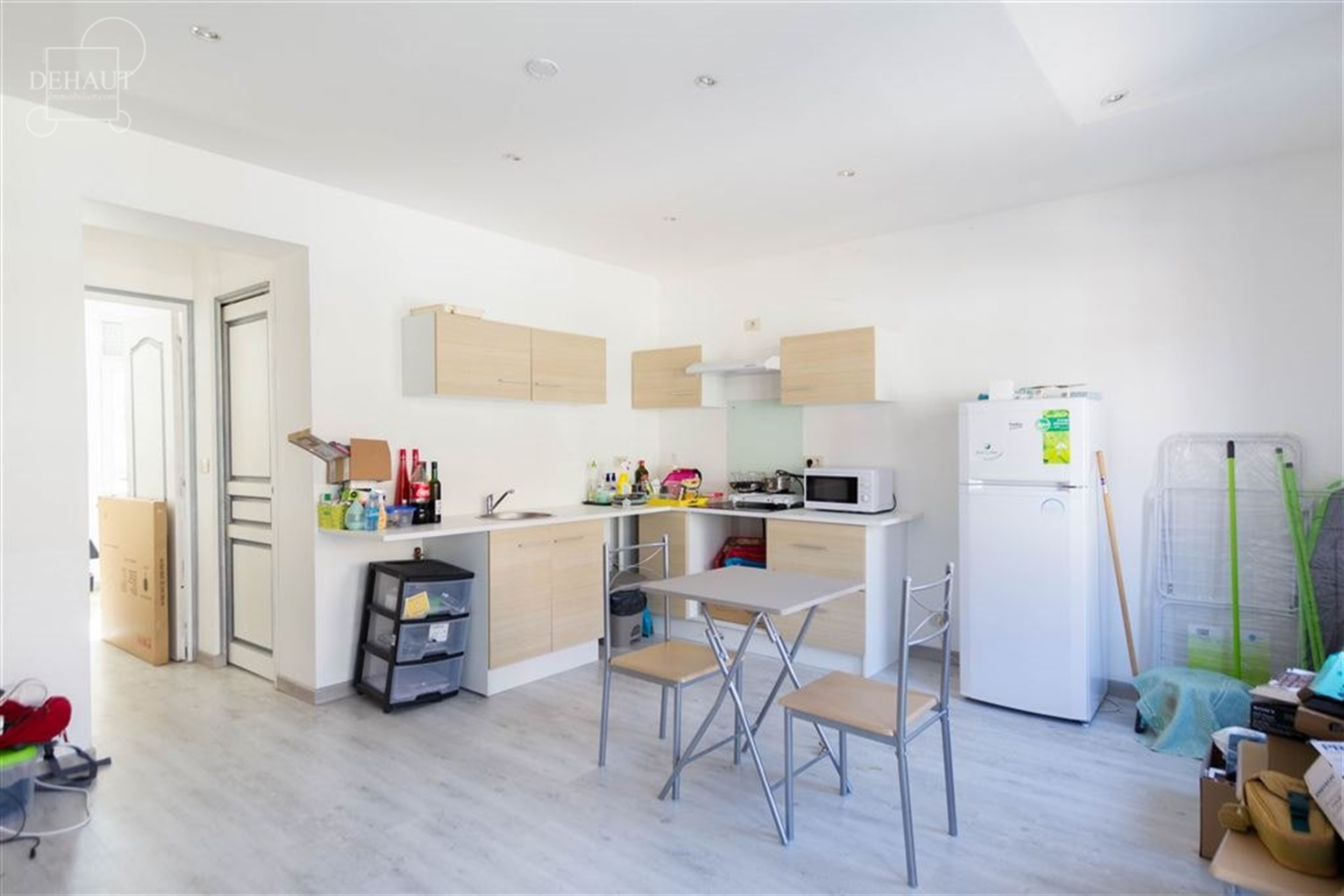 Joli appartement 1 chambre au 1er étage d'un immeuble en centre-ville de Comines. Libre pour le 1er octobre 2021.  ...