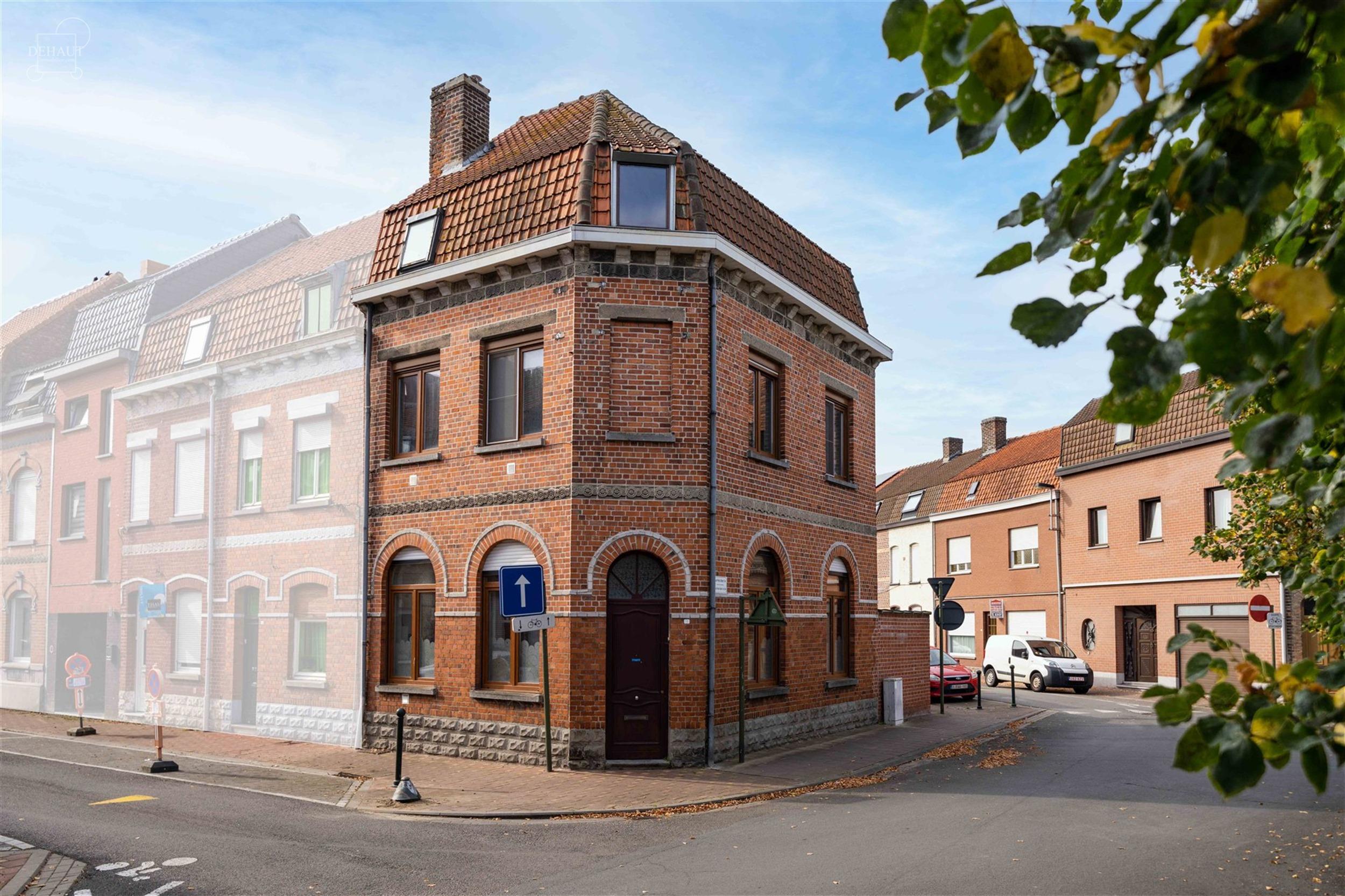 Vaste maison d'angle rénovée avec accès arrière à proximité du centre-ville et de toutes commodités. Propose un hall d'entrée, un séjour ouve...