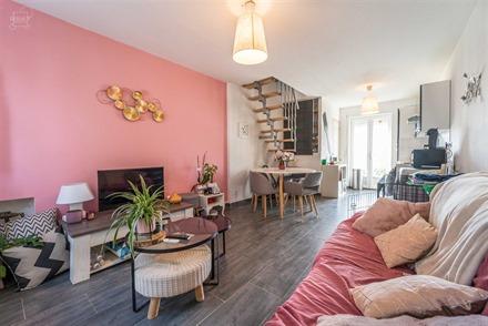 Charmante petite maison appartement rénovée avec garage comprenant un espace de vie ouvert avec cuisine équipée, WC indépendant, 2 chambres, sall...