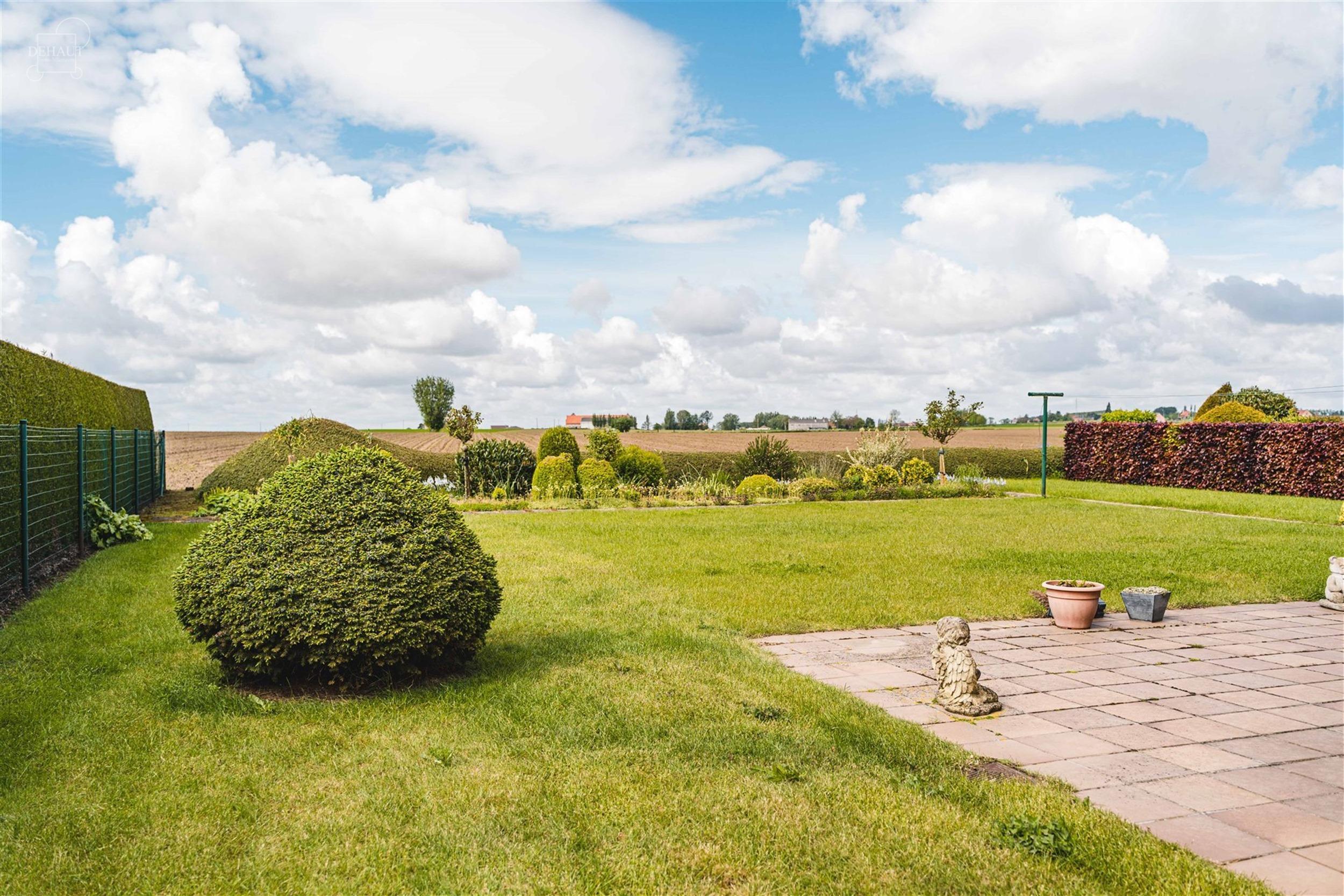 Charmant semi plain-pied individuel bâti en 1994 sur une parcelle de terrain d'env. 720m² bénéficiant d'une superbe vue dégagée sur la campagne....