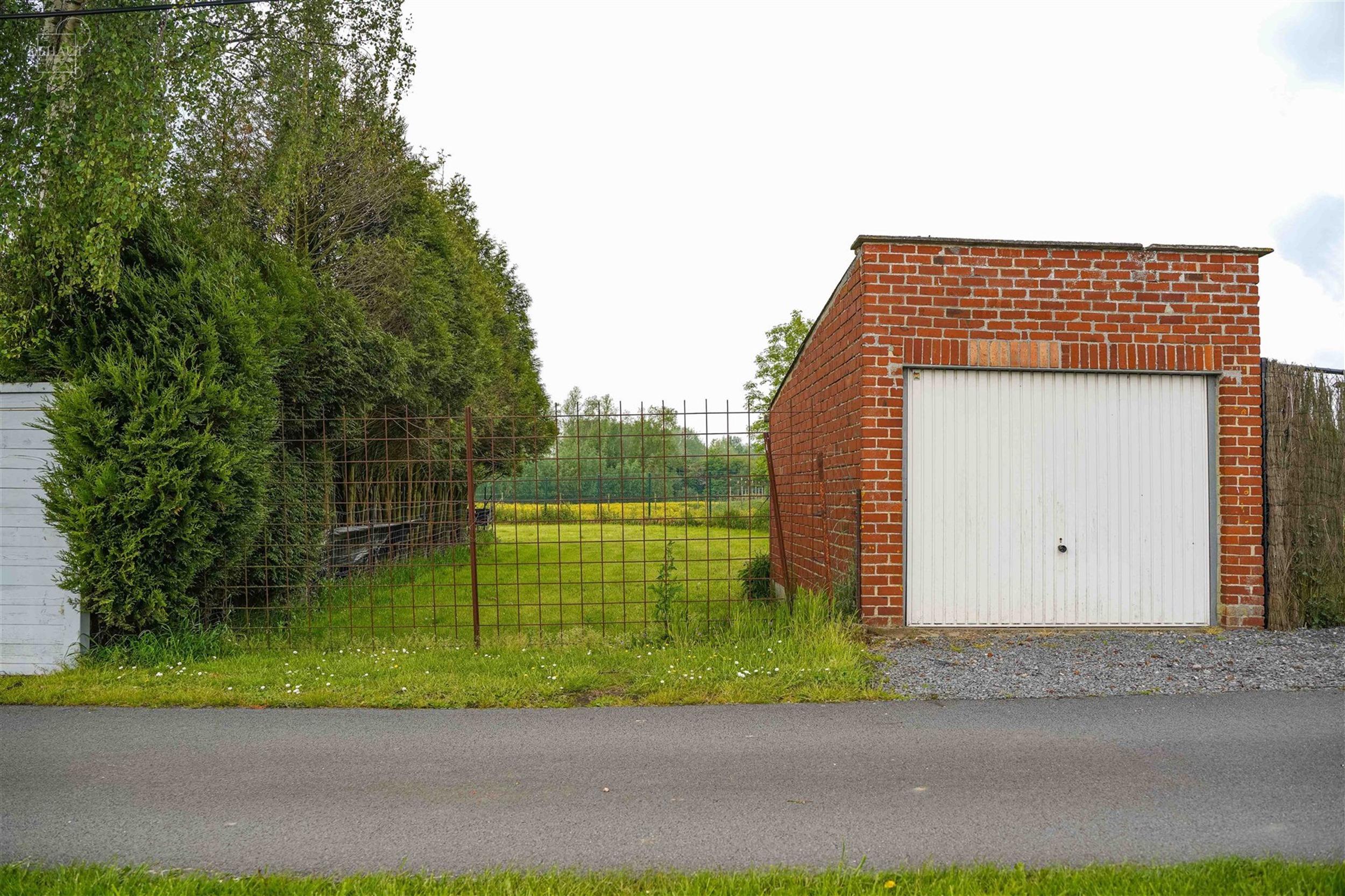 Maison 3 façades à rénover avec garage idéalement située sur une magnifique parcelle de 1525m² au calme et en bordure de la Lys proposant un sé...
