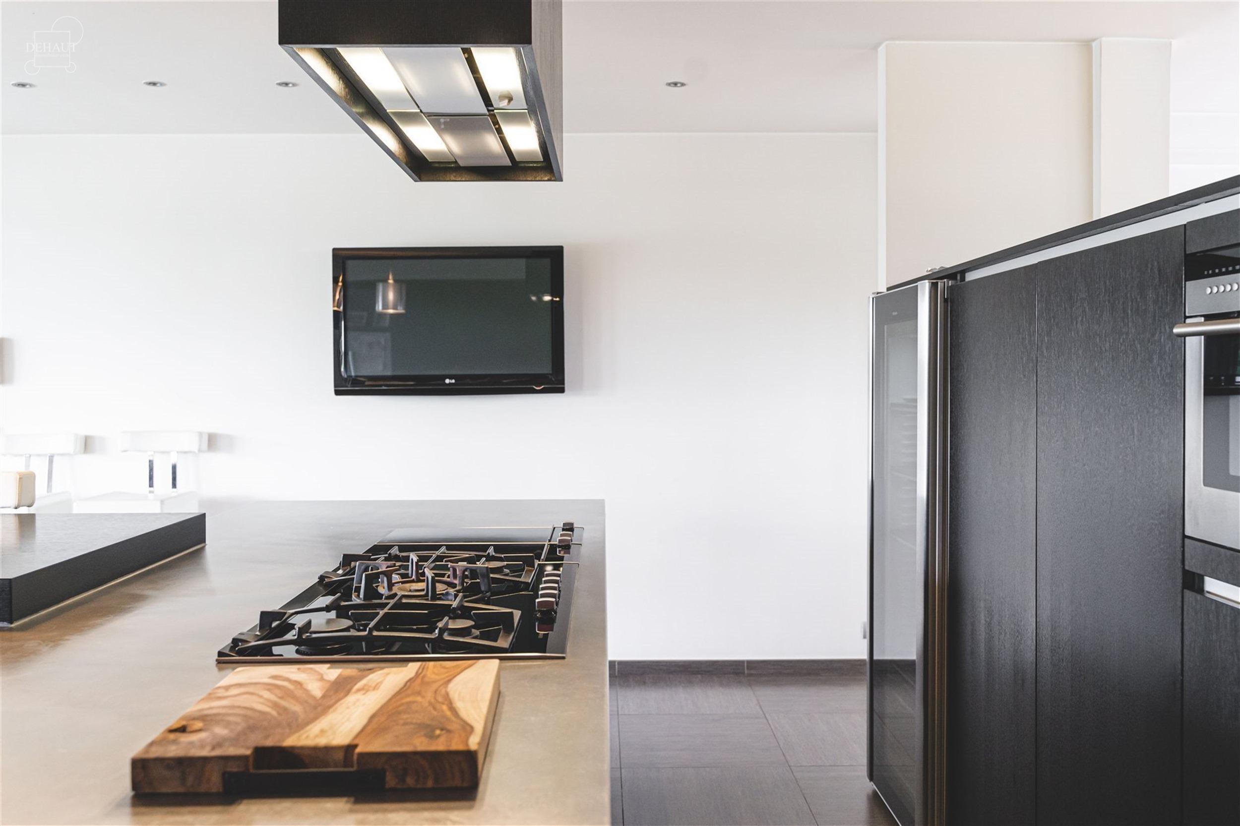 Ensemble immobilier haut de gamme au caractère contemporain composé d'une grande surface commerciale vitrée avec parking et d'un appartement de sta...