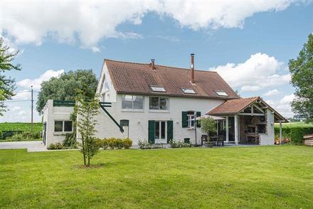 Superbe maison individuelle sur env. 1498m² de terrain idéalement située en campagne de PLOEGSTEERT avec vue sur les champs.  Au rez-de-chaussée ...