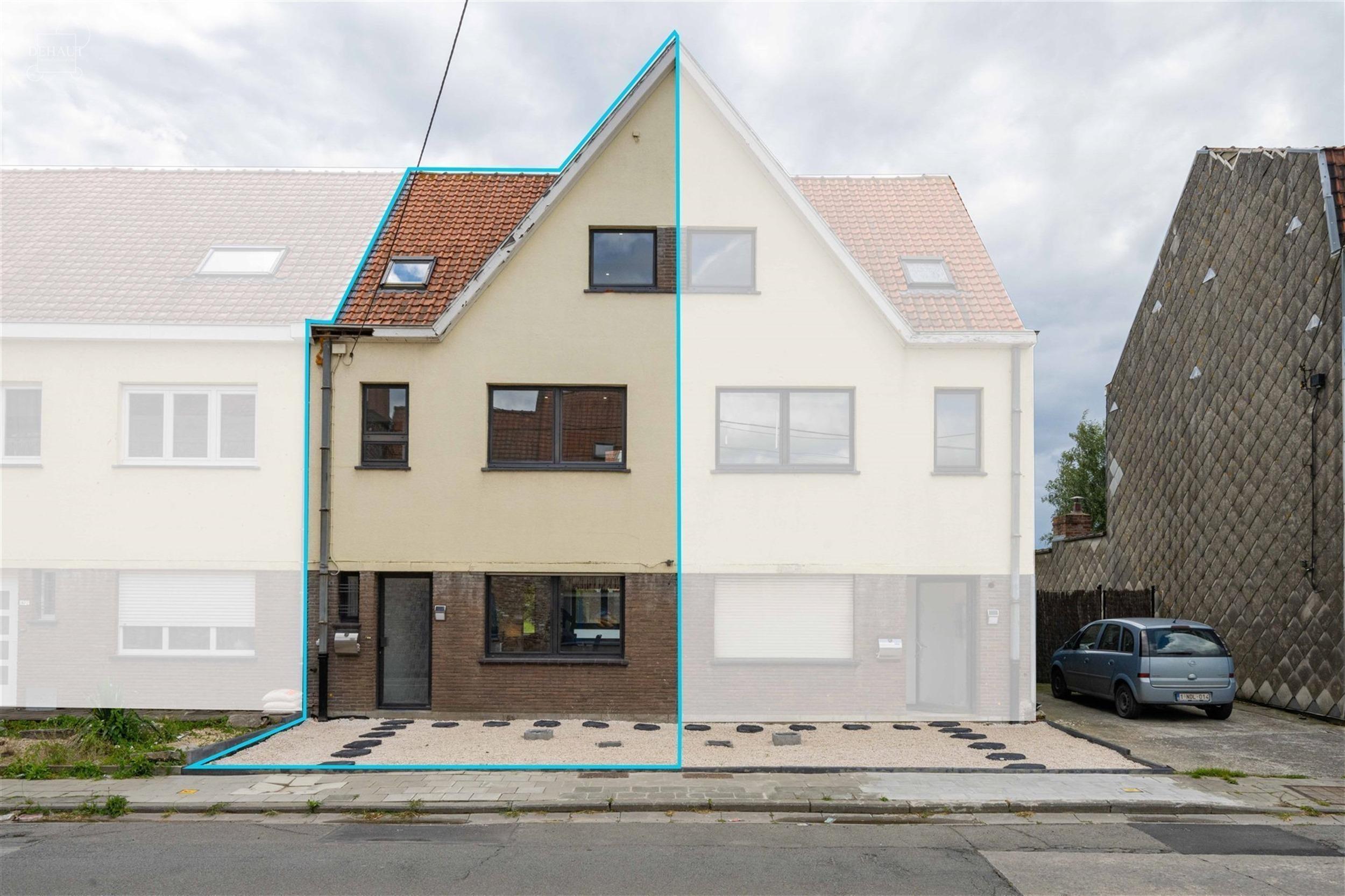 Jolie maison de ville entièrement refaite à neuf comprenant un hall d'entrée, un séjour, une cuisine équipée, 2 WC indépendants, 3 chambres, un...