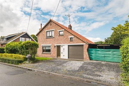 Charmante maison individuelle avec garage idéalement située dans un quartier calme. Comprend un hall d'entrée, un séjour, une cuisine, une buander...