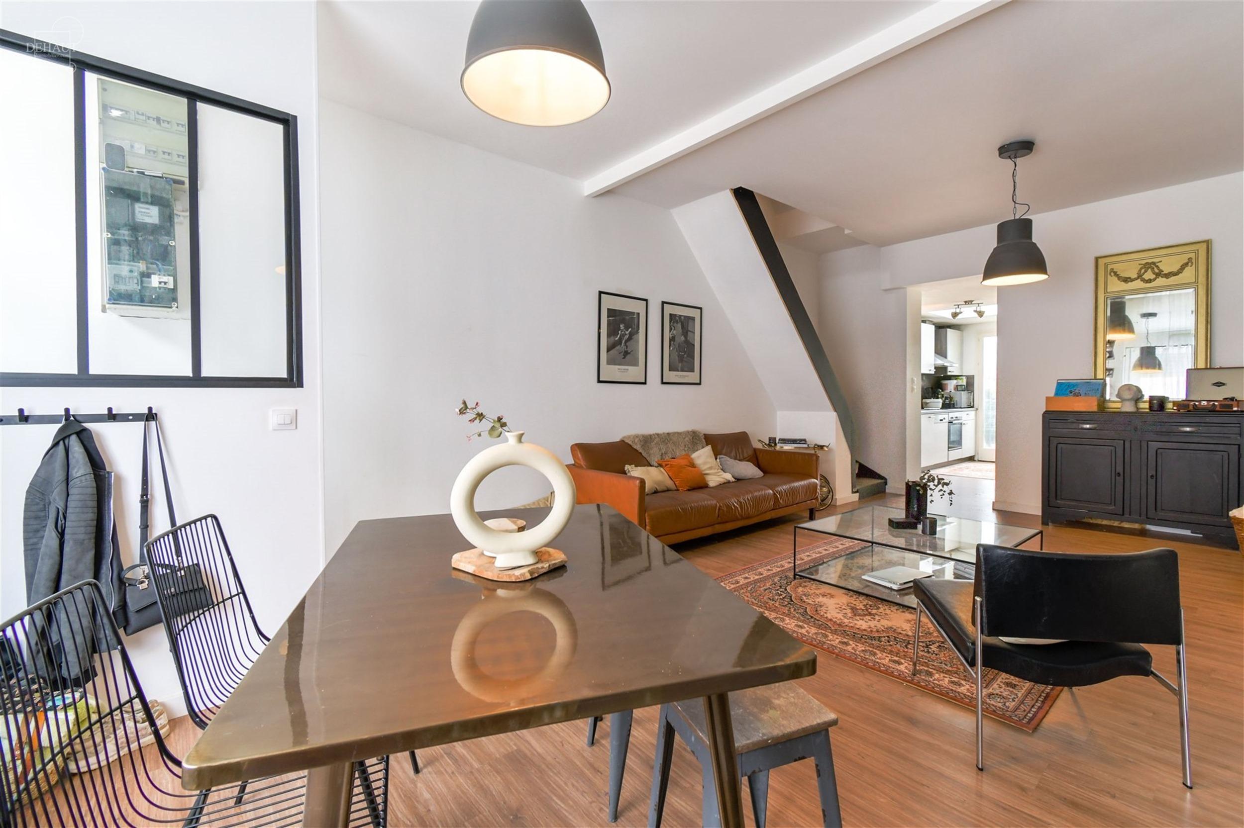 Agréable maison de ville avec terrasse carrelée proposant un superbe salon d'env. 28.70m², une cuisine équipée, un WC indépendant et une salle d...