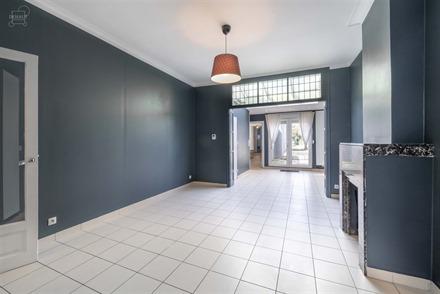 Jolie maison de ville rénovée proposant de beaux volumes. Comprend un hall d'entrée, un séjour ouvert sur une cuisine équipée, une buanderie, un...