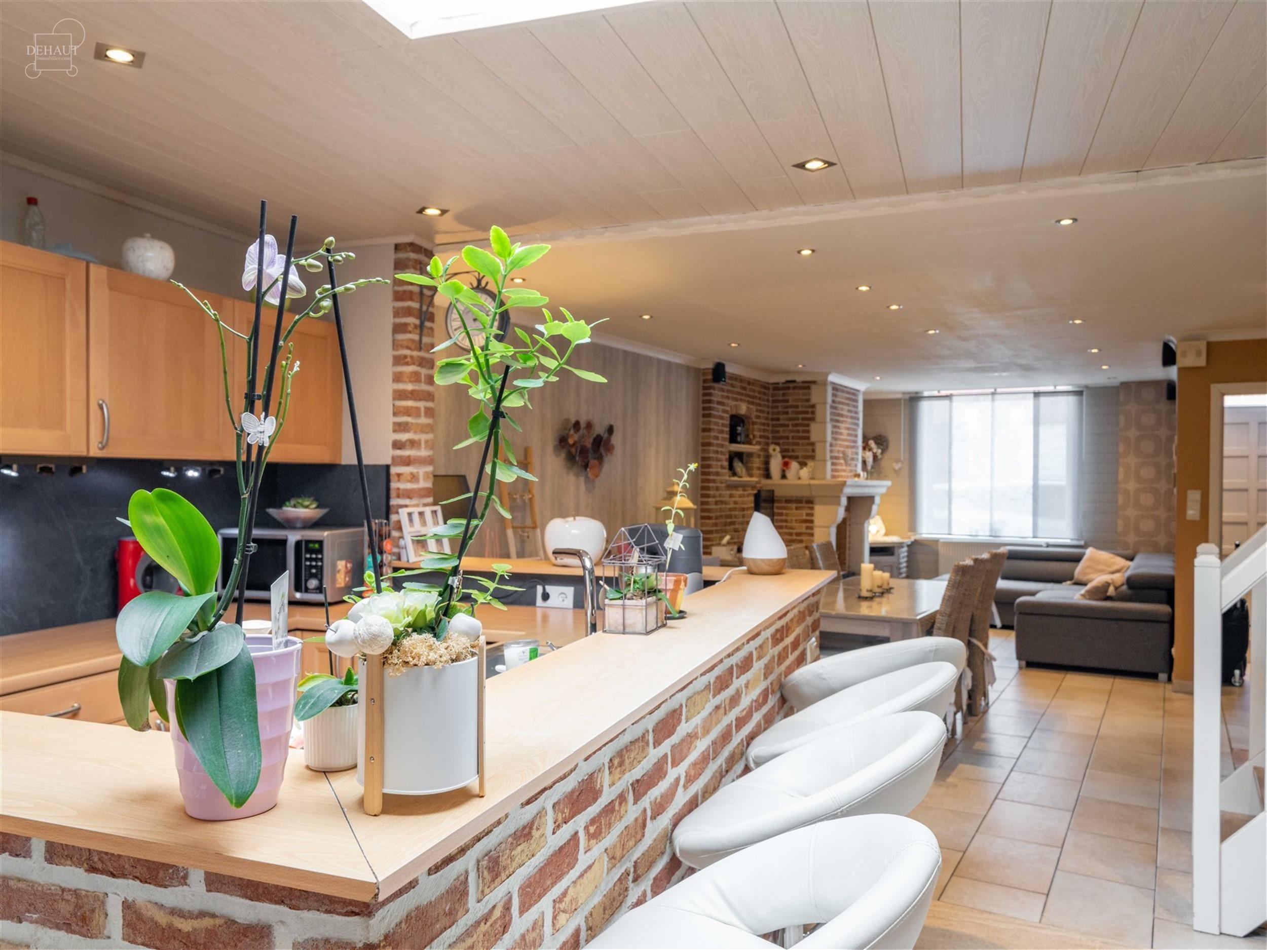 Superbe maison de ville idéalement située à proximité du centre-ville. Comprend un hall d'entrée, un séjour ouvert, une cuisine équipée, une s...