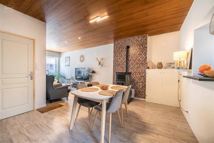 Jolie maison de ville rénovée avec jardin comprenant un hall d'entrée, un séjour ouvert sur une cuisine équipée, une salle de bain, un WC indép...