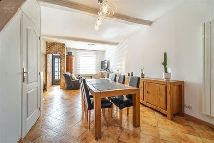 Maison de ville située à 2 pas du centre-ville. Comprend un hall d'entrée desservant un joli séjour semi-ouvert sur une cuisine équipée. Cellier...