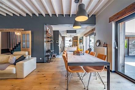 Superbe maison individuelle sur env. 640m² de terrain avec double carport latéral.  Au rez-de-chaussée : un hall d'entrée, un spacieux séjour ou...