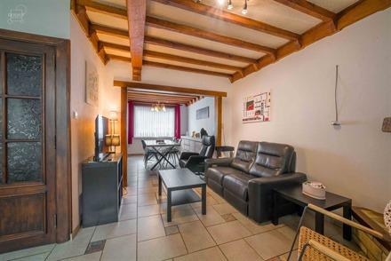 Charmante maison de ville avec garage non attenant idéalement située à 2 pas du centre-ville comprenant hall d'entrée, salon/salle à manger, cuis...