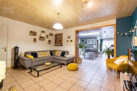 Très jolie et spacieuse maison de ville rénovée avec garage et jardin. Comprend un hall d'entrée, espace de vie ouvert sur cuisine entièrement é...