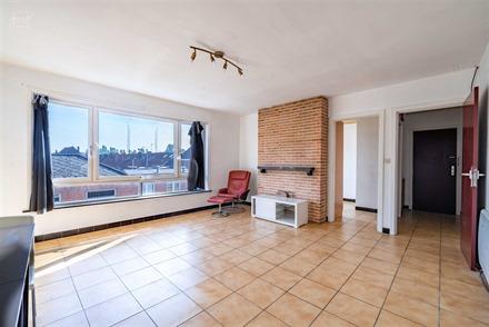 Appartement 2 chambres situé au deuxième étage d'un immeuble à proximité du centre-ville. (Résidence sans ascenseur). Hall d'entrée desservant...