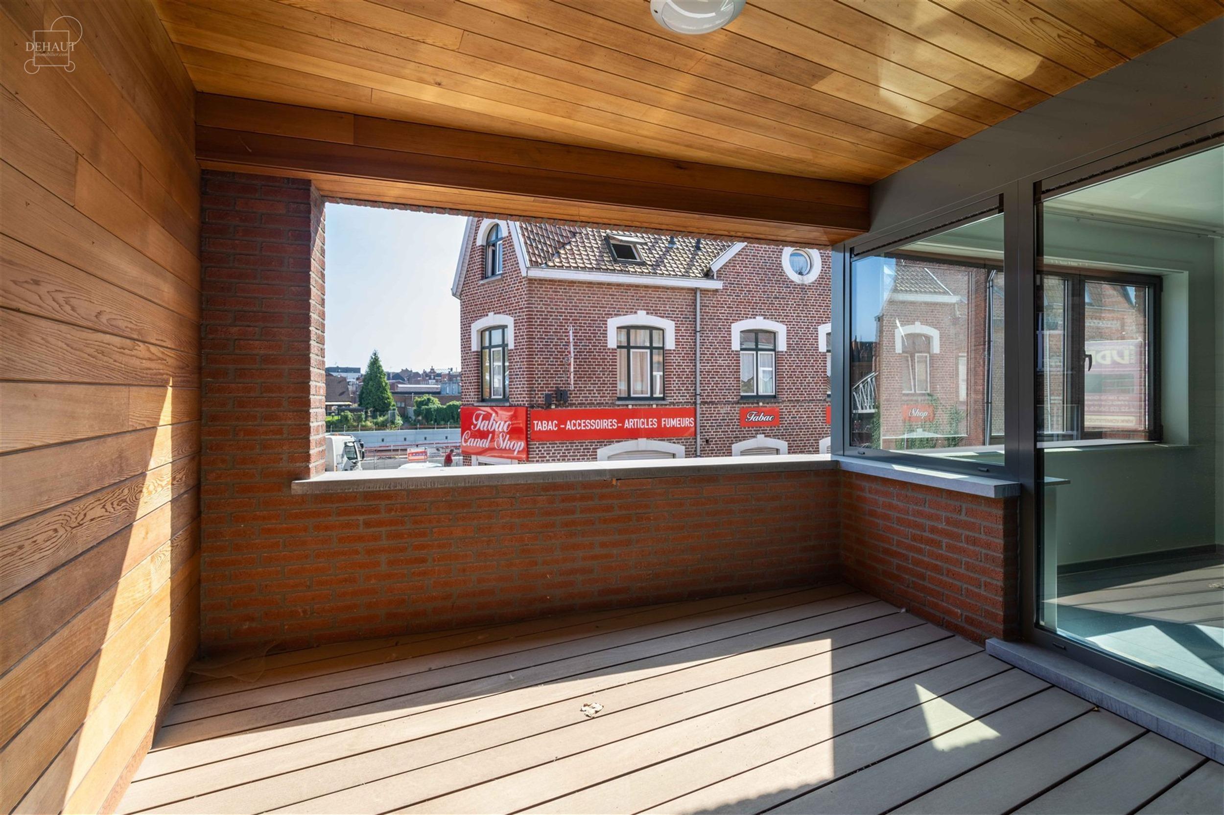 Superbe appartement 2 chambres et garage situé à proximité du centre-ville et des commerces. Très bel espace de vie ouvert sur une cuisine full é...