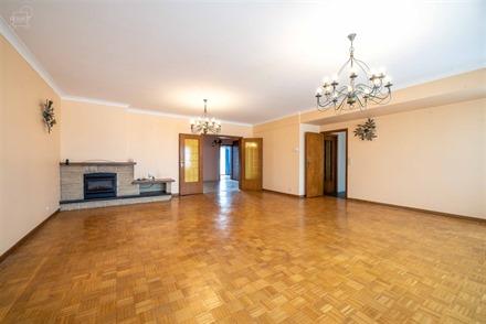 Spacieux appartement avec terrasse au 4ème étage d'un immeuble avec ascenseur idéalement situé à proximité de toutes commodités. Comprend un ha...