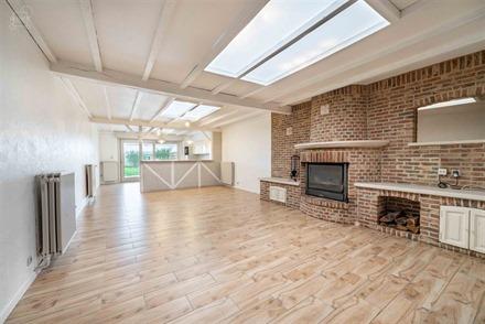 Superbe maison proposant un hall d'entrée desservant un magnifique espace de vie ouvert sur cuisine équipée, SDB avec baignoire + douche, W.C, 4 ch...
