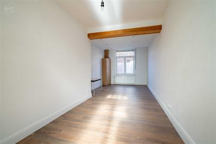 Jolie maison de ville située dans le centre de WARNETON proposant un hall d'entrée desservant un séjour d'env. 25m², une cuisine équipée, une sa...