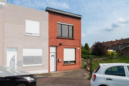 Maison de ville proposant un hall d'entrée, un séjour ouvert sur une cuisine, un WC avec douche, une salle de bain, une grande cave et une terrasse ...