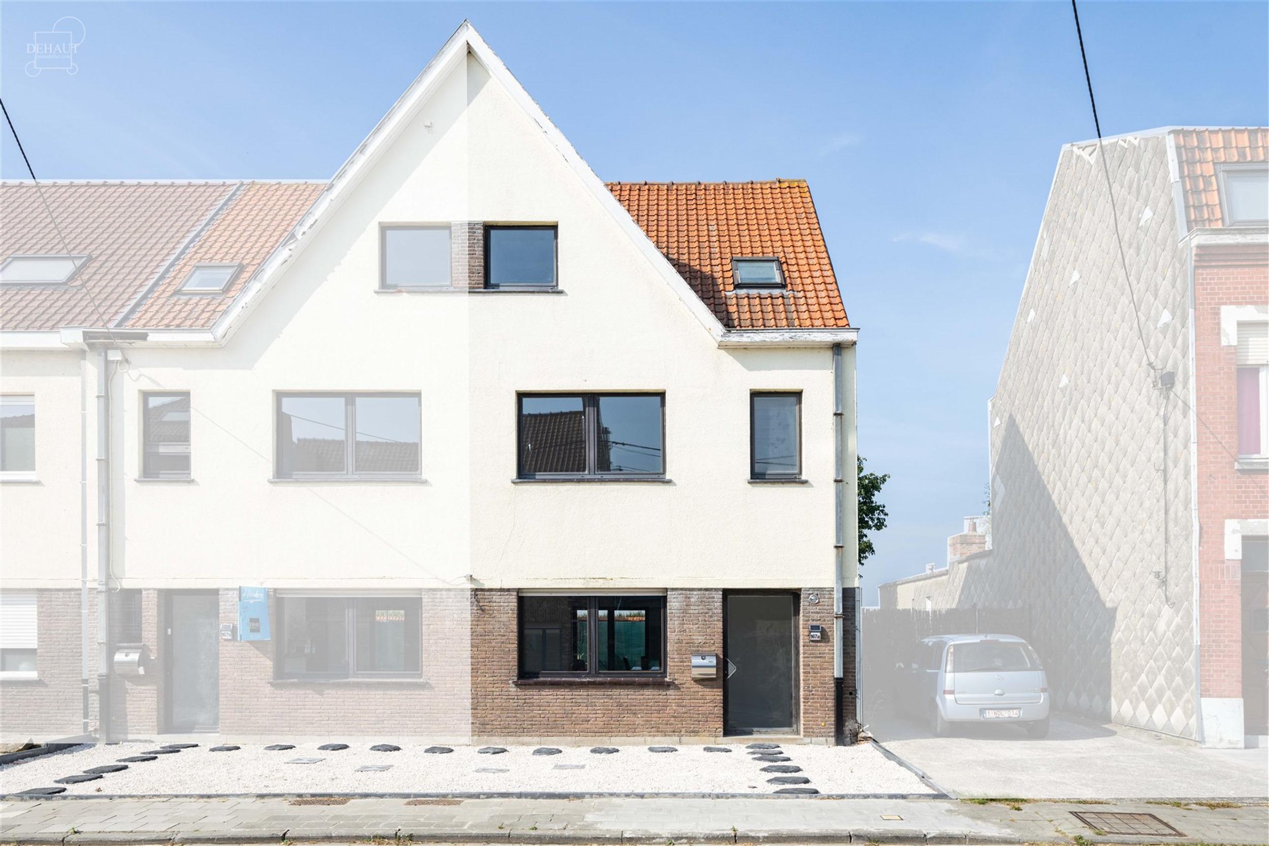 Superbe maison de ville 3 façades entièrement rénovée comprenant un hall d'entrée, un séjour, une cuisine équipée, 2 WC indépendants, 3 chamb...
