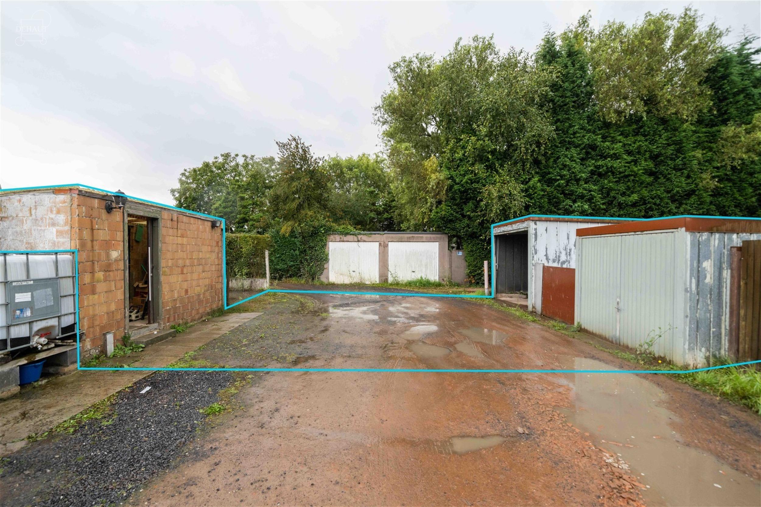 Maison de ville avec double garage par accès arrière comprenant un salon, séjour, cuisine équipée, arrière cuisine, salle de bain avec baignoire...
