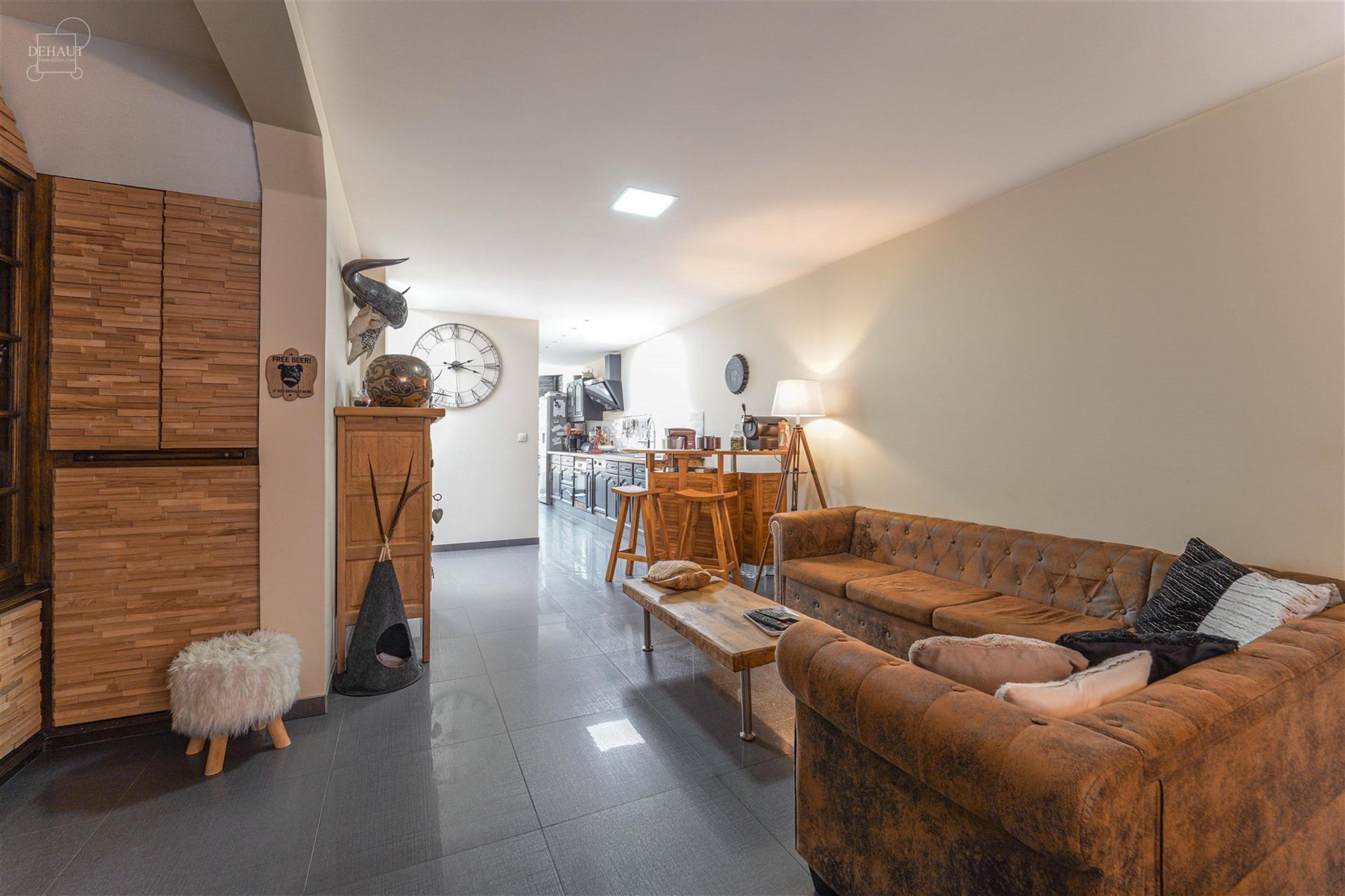 Superbe maison de ville entièrement rénovée et idéalement située à proximité du centre-ville et des écoles. Composée d'un salon/séjour d'env...