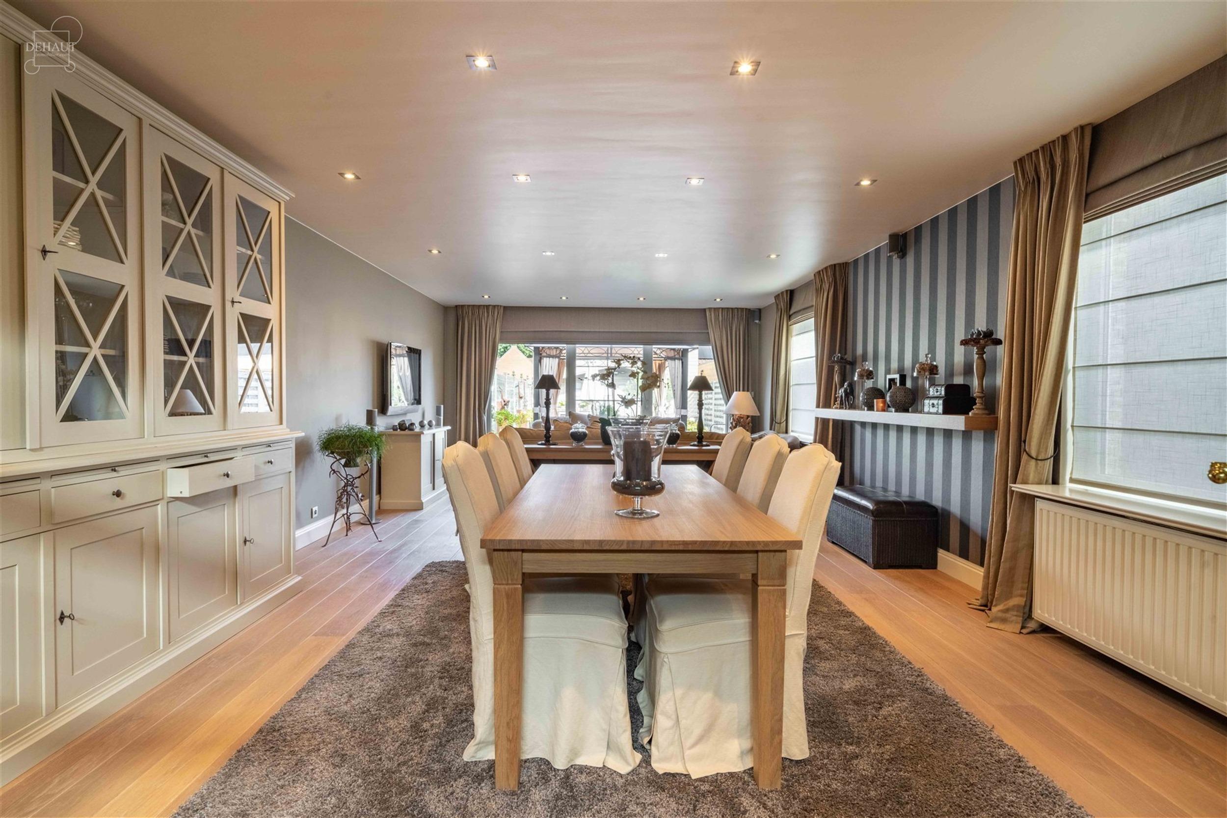 Ensemble immobilier composé d'une magnifique habitation d'env. 186m², d'une surface commerciale d'env. 86m² entièrement équipée prête à l'empl...