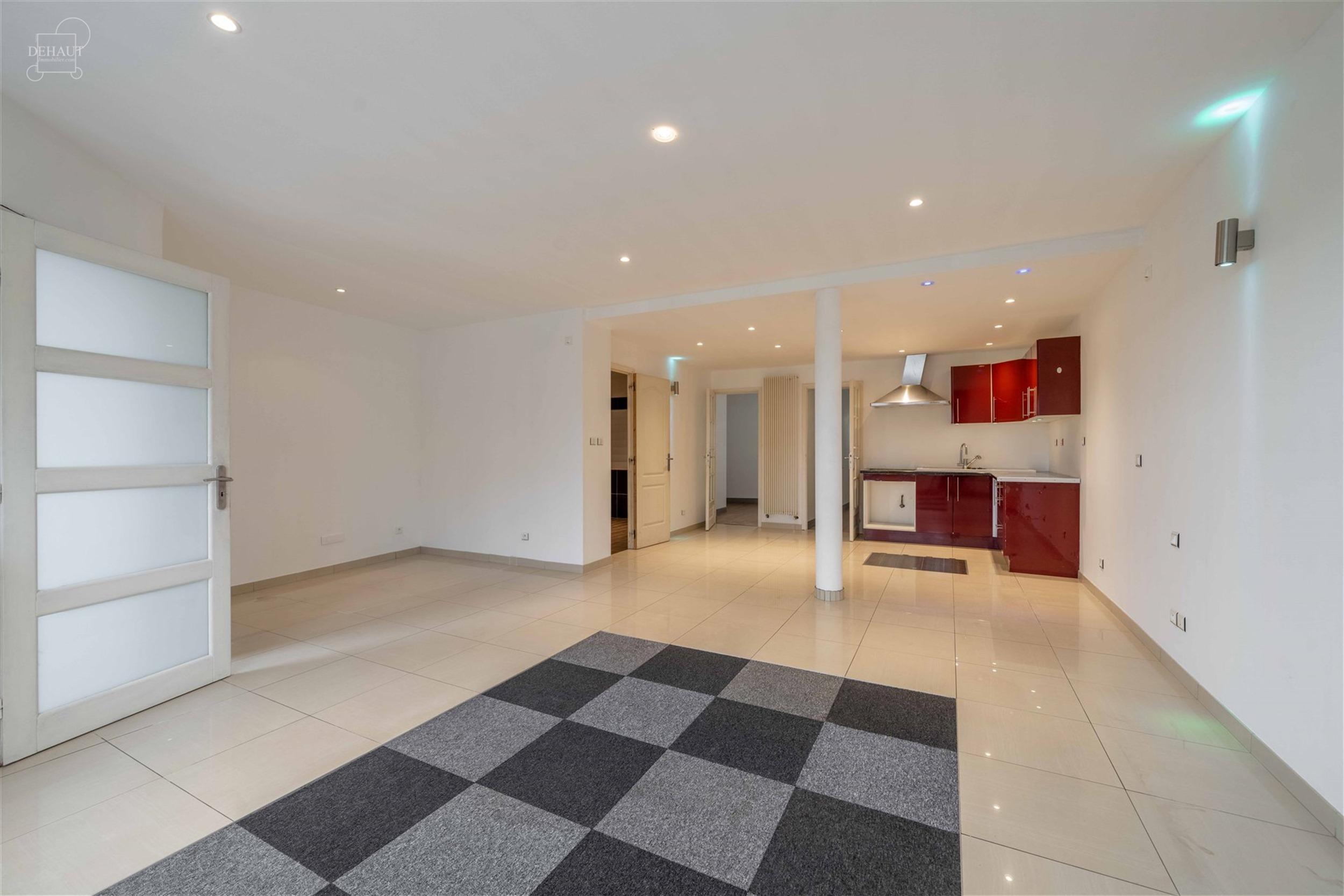 Maison d'habitation multifamiliale décomposée en 2 appartements d'env. 69m² et 75m². Au RDC, l'immeuble propose une habitation avec hall d'entré...