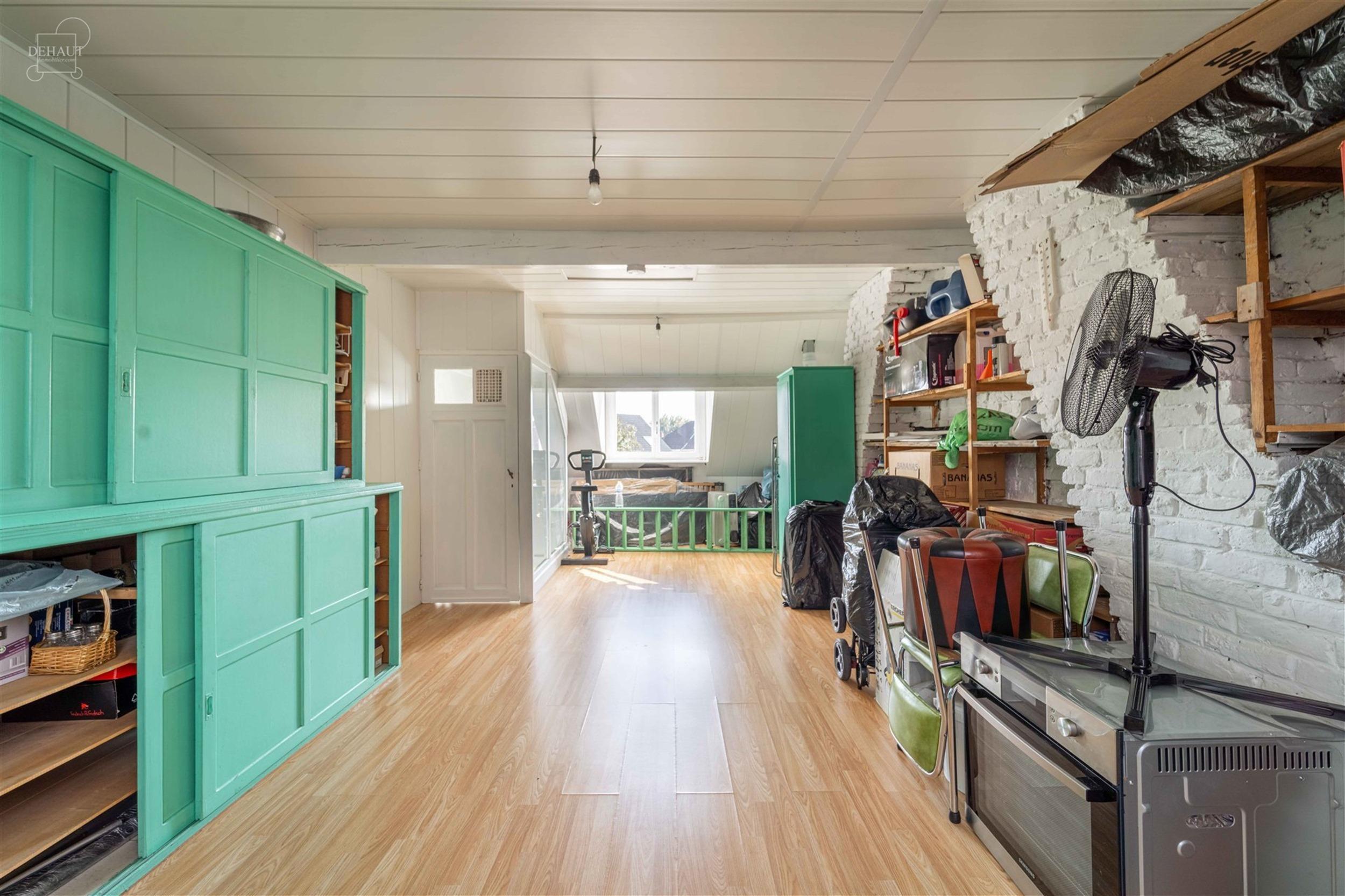 Maison de ville proposant un salon, un séjour, une cuisine semi-équipée, une salle de bain avec WC et 3 chambres. TAE direct, C.C au gaz, électric...