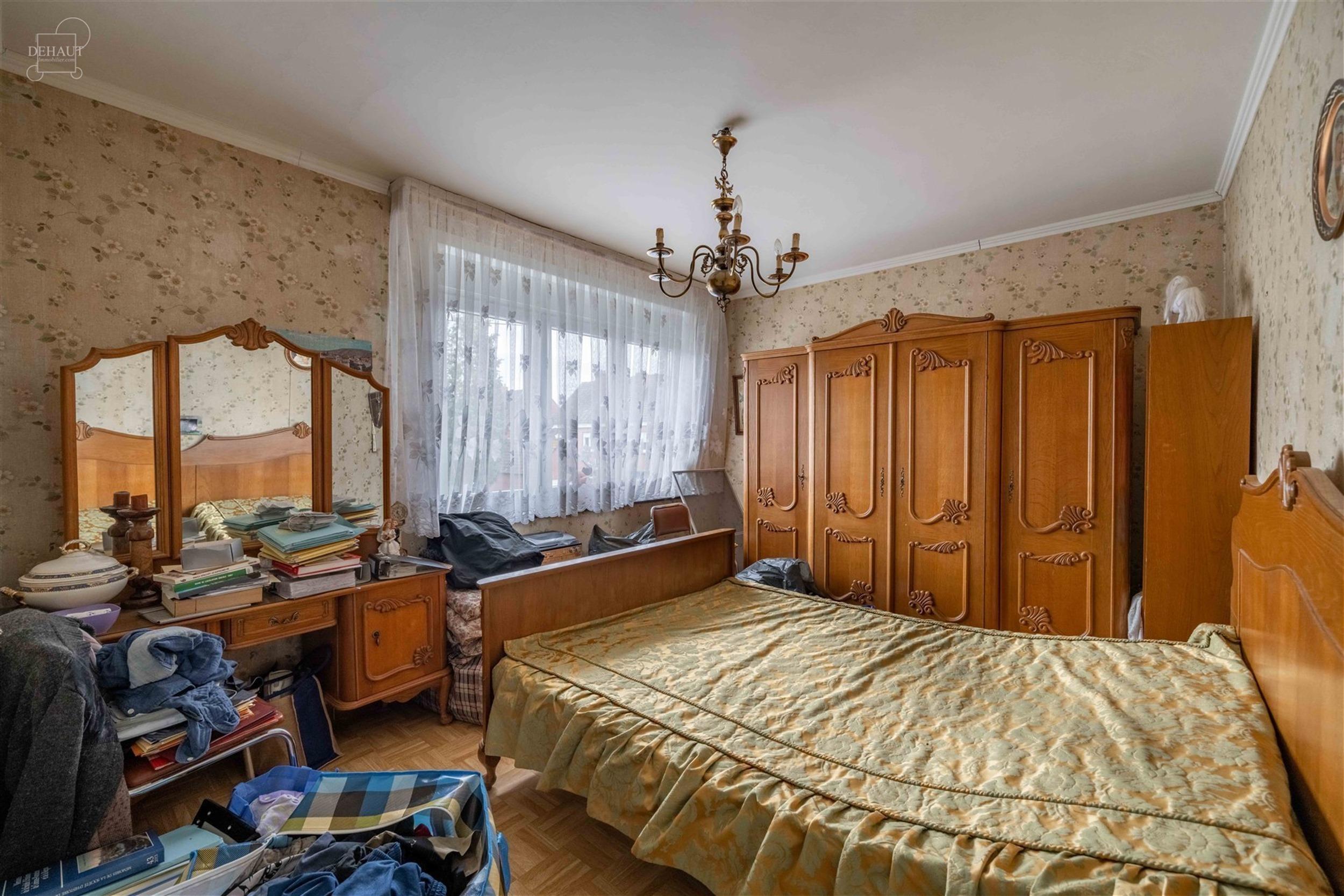 Charmante maison 3 façades avec garage. Cette maison se compose d'un hall d'entrée desservant un séjour d'env. 26m², une cuisine meublée, un W.C....
