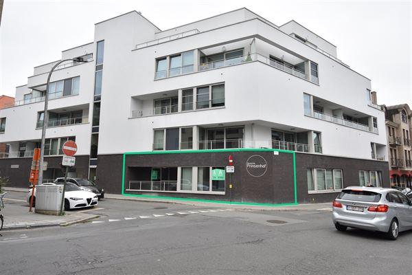 Op het gelijkvloers van een prachtige residentie vlakbij het centrum van Aalst bieden wij u deze erkende assistentiewoning met terras aan. Ze is inge...