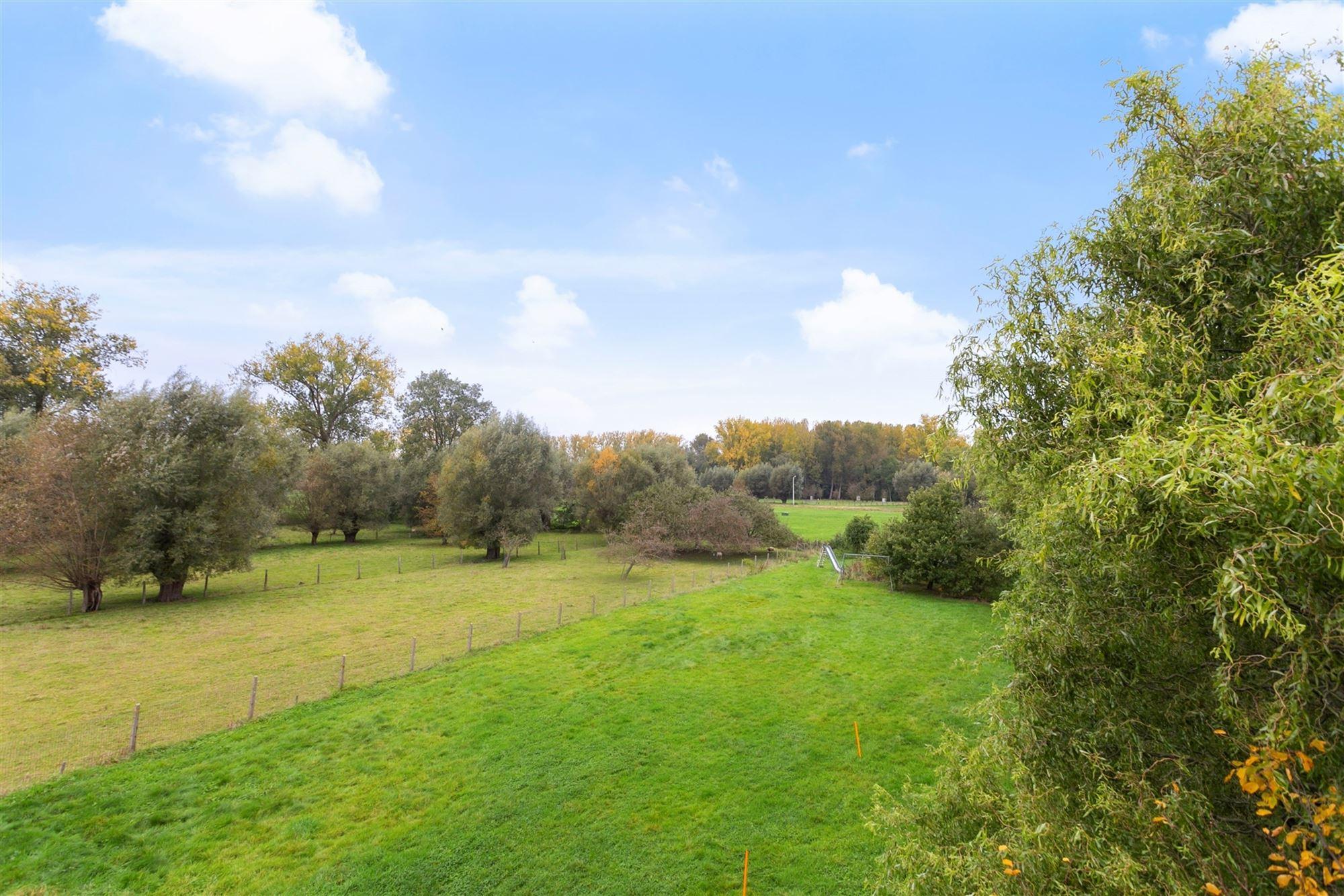Charmante villa op een perceel van 30a20 met zicht op de natuur. Uitstekende bereikbaarheid: op 500m van het station Ternat en op 1km van de oprit E40...