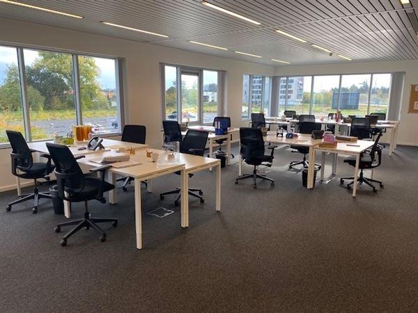 Dit kantoor met een oppervlakte van 144m² bevindt zich in een business center op een toplocatie vlakbij de E40 tussen Gent en Brussel.  Het omvat ee...