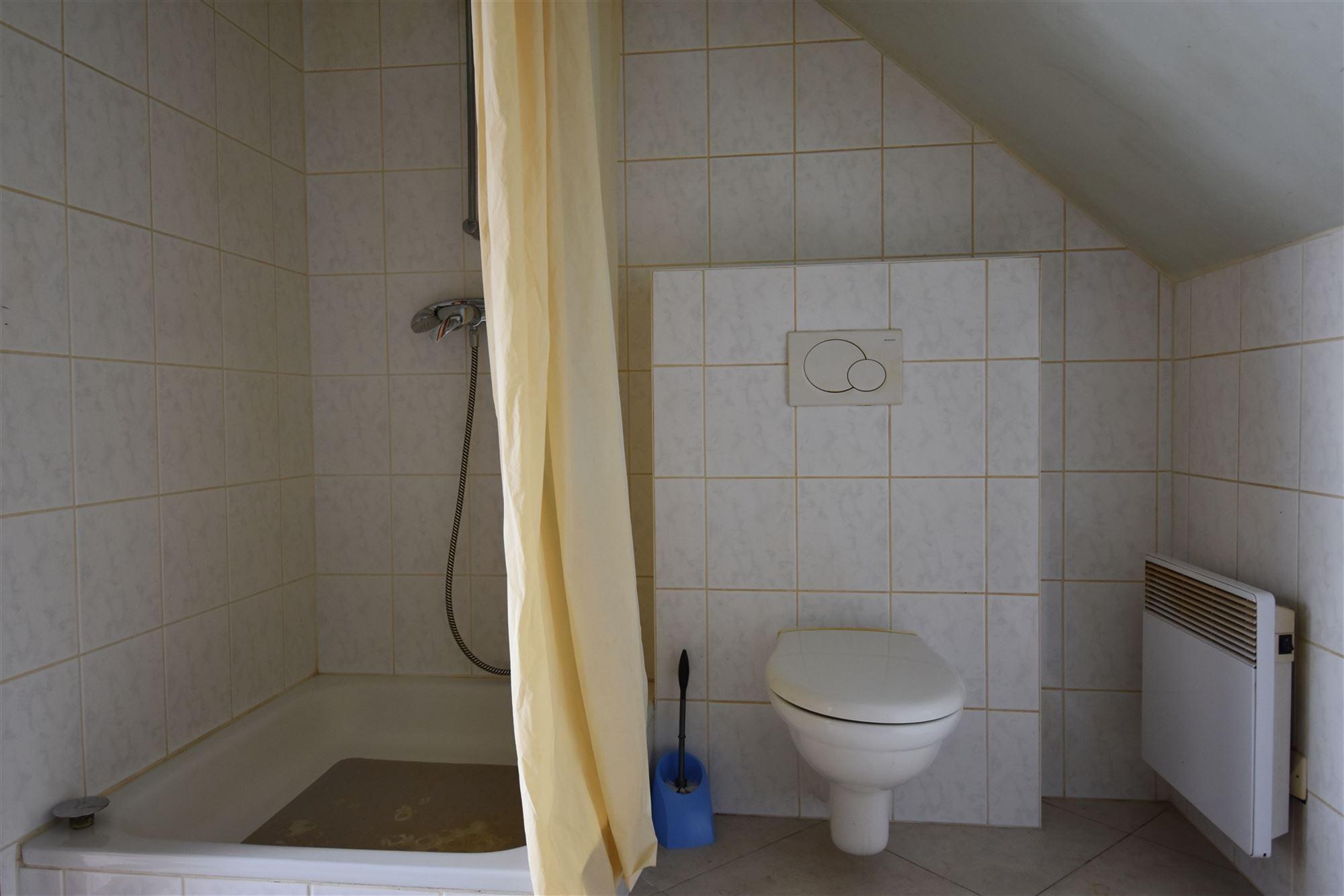 Studio met kitchenette en volwaardige badkamer met douche, toilet, lavabo en aansluiting voor wasmachine en droogkast. Terrasje met zicht op centrum L...