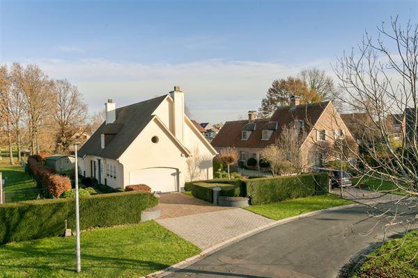 Wil je graag in een mooie rustige omgeving wonen en toch kort bij oprit E40? Deze woning biedt je alles wat je wenst. Een prachtige stijlvolle villa...