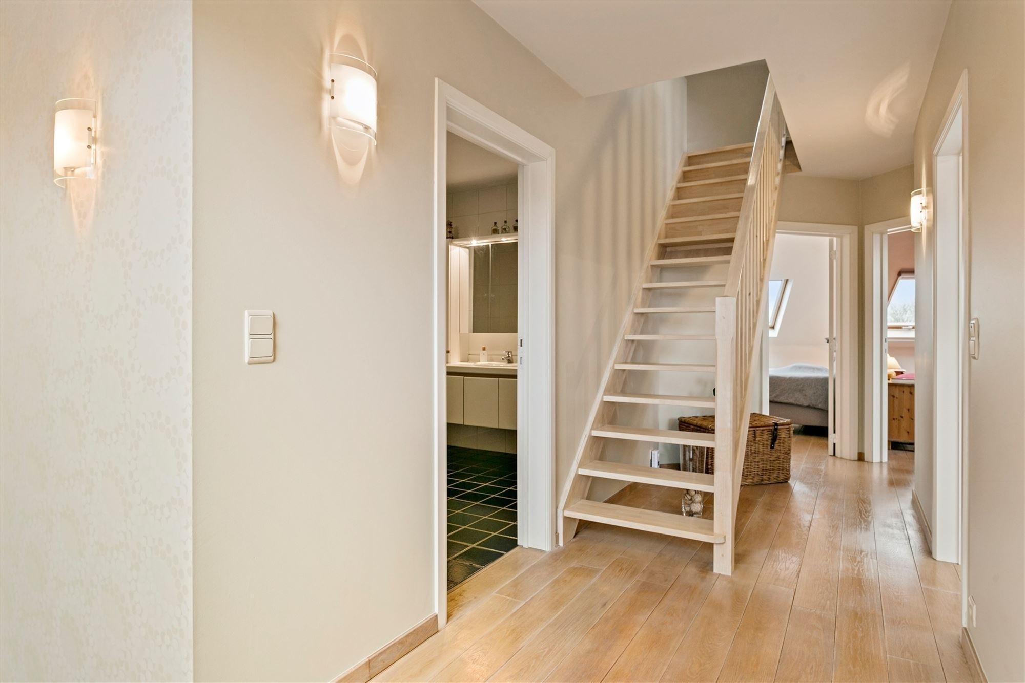 Dit tot in de puntjes verzorgd duplexappartement met 2 terrassen is dé perfecte uitvalsbasis: het is pal aan alle belangrijke in- en uitvalswegen van...