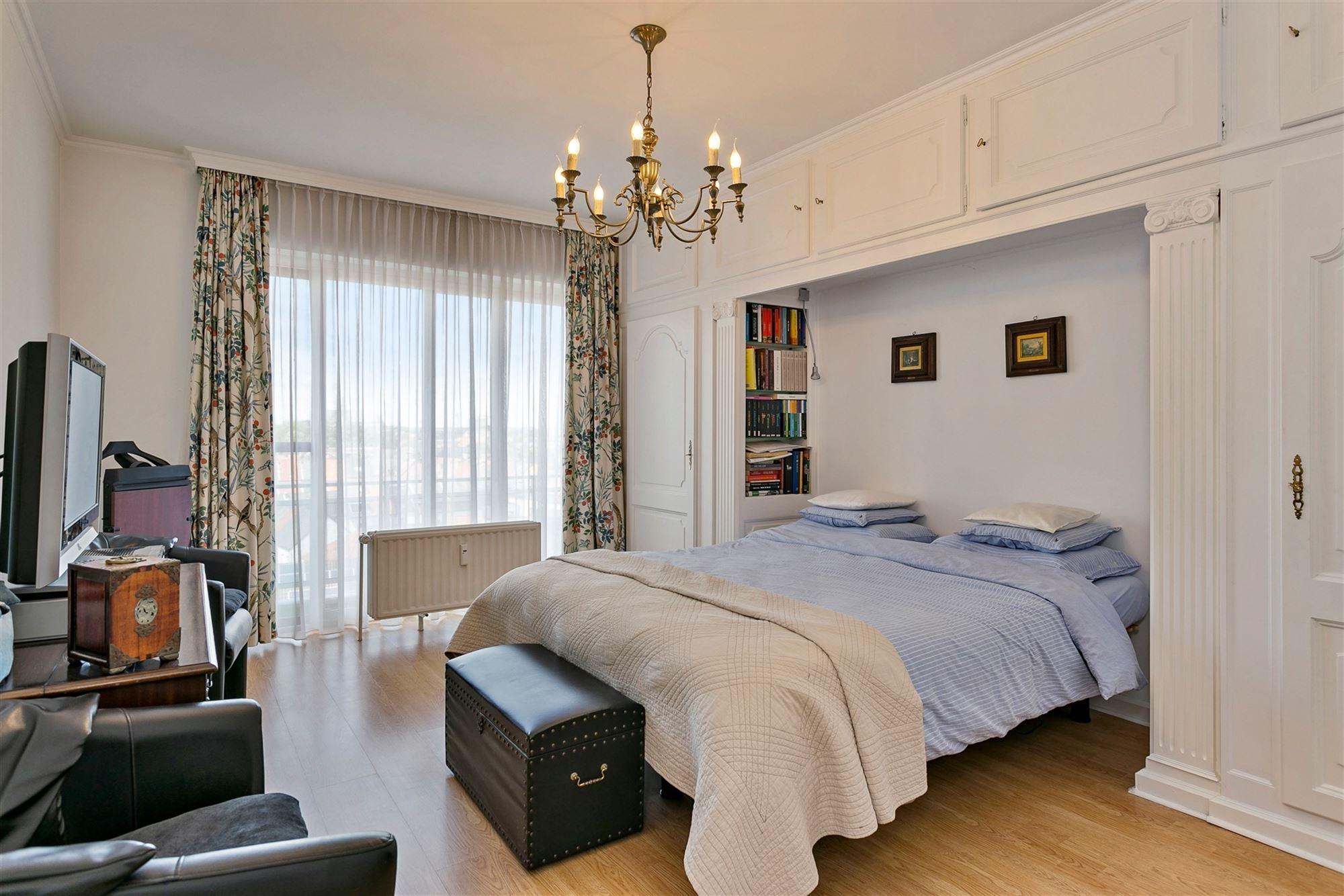 Uitzonderlijk ruim appartement met prachtig zicht op het Aalsters stadspark. Dit appartement is gelegen op de 7e verdieping van een in de loop der jar...