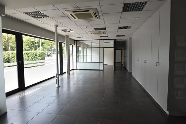 Deze kantoorruimte is gelegen op het gelijkvloers van een zeer goed gelegen appartementsgebouw vlakbij het op-en afrittencomplex E40 en alle uitvalswe...
