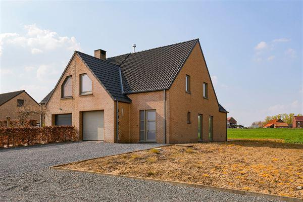 +++OPTIE+++ Deze hoogwaardig afgewerkte woning is gelegen in het landelijke Edingen. Door de directe nabijheid van de autosnelweg E429 en het centrum...