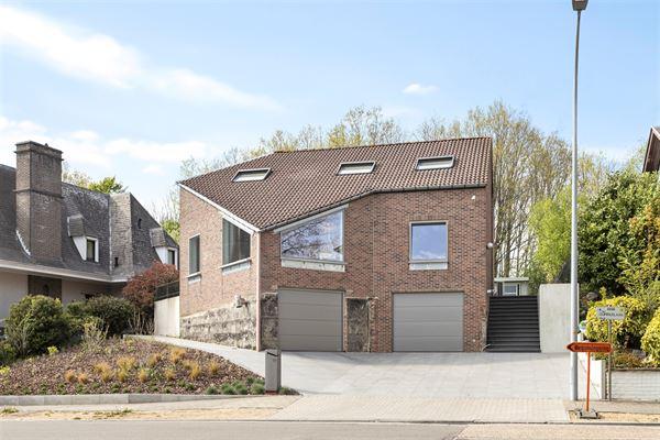 Deze klassevolle en volledig vernieuwde villa is gelegen in de rustige en groenrijke Sint Quirinuslaan te Zellik.  Door de directe nabijheid van de au...