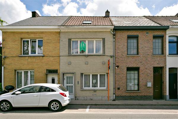 Leuke rijwoning in de dichte nabijheid van het centrum van Aalst!     Deze op te frissen woning beschikt op het gelijkvloers over een inkomhal, een ...