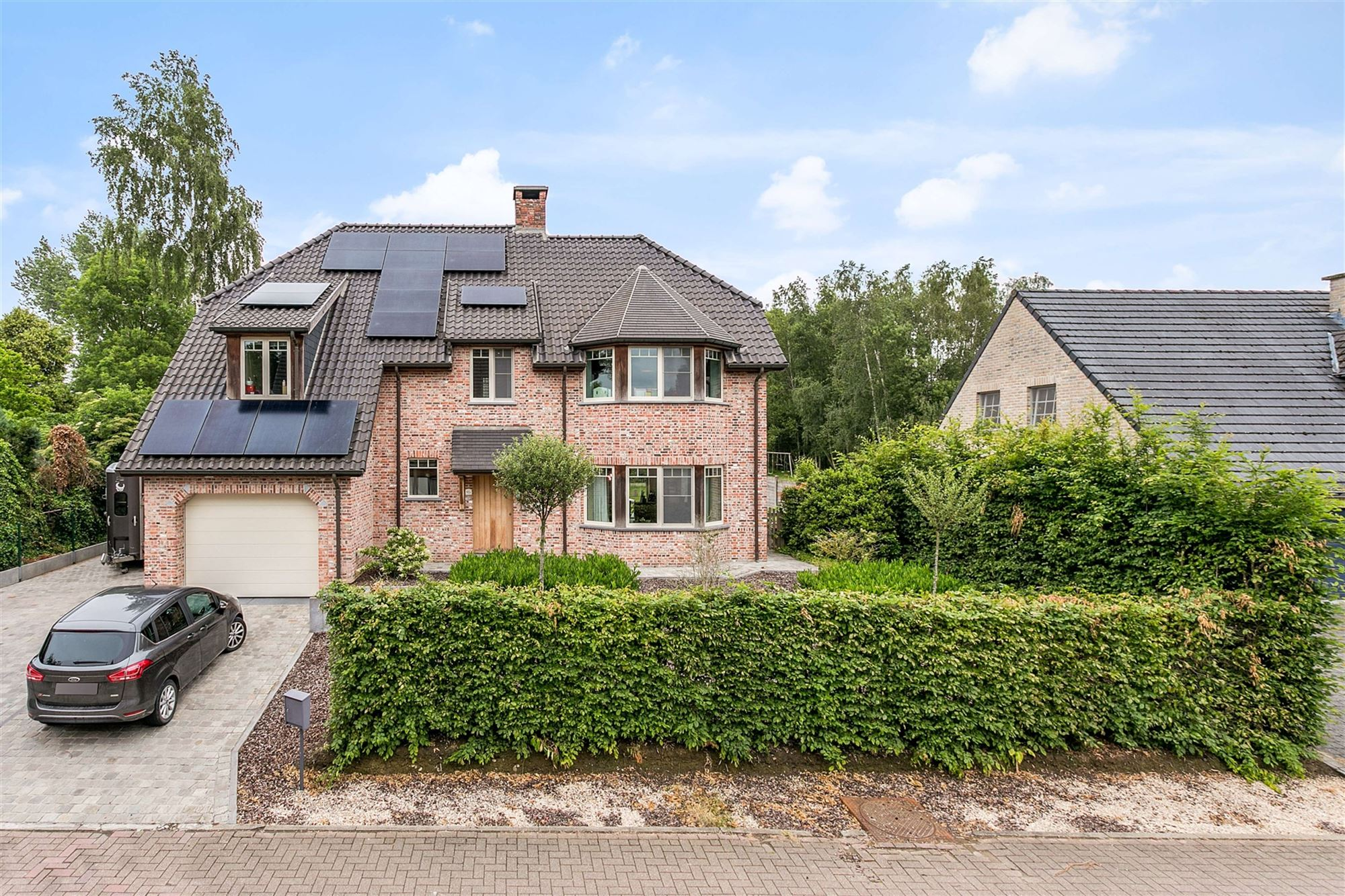 In een groene, landelijke omgeving langsheen een verbindingsweg tussen Moorsel en Meldert situeert zich deze prachtige, ruime villa (bouwjaar 2006). T...