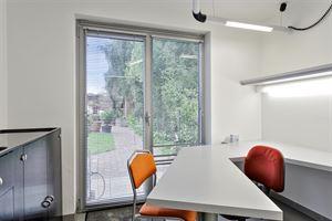 Instapklare kantoor-/praktijkruimte op een toplocatie in Aalst. Gelegen in een zijstraat van de ring van Aalst, directe verbinding met de E40 en op 5 ...