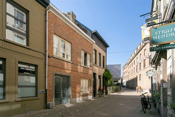 Karaktervolle woning met zonnige binnenkoer gelegen in de historische stadskern van Aalst. Deze ruime woning biedt tal van mogelijkheden voor diverse...