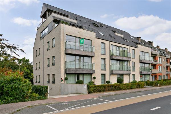 Dit recent, stijlvol en perfect onderhouden tweeslaapkamer appartement op de tweede verdieping (87m² - 2014) bevindt zich in het centrum van Denderle...